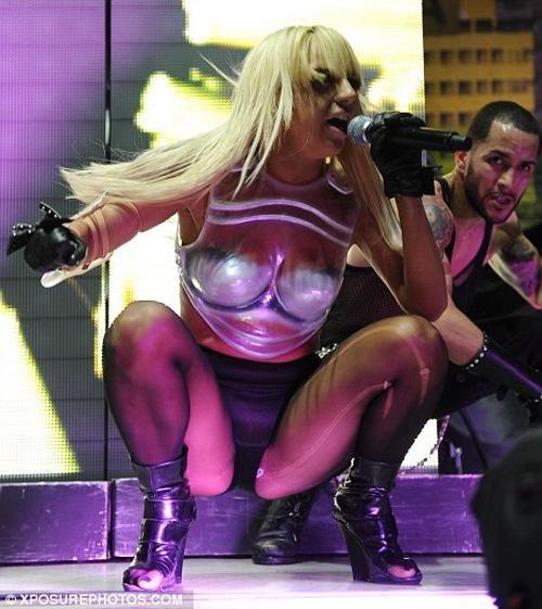 По всему видно, что певица не ищет лёгких путей…«Американская сенсация» и «новая Мадонна» — так окрестили исполнительницу таблоиды – примеряет на себя образ яркой и бесшабашной звезды.